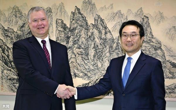 韓国外務省で会談した米国のビーガン北朝鮮担当特別代表(左)と李度勲朝鮮半島平和交渉本部長(16日、ソウル)=共同
