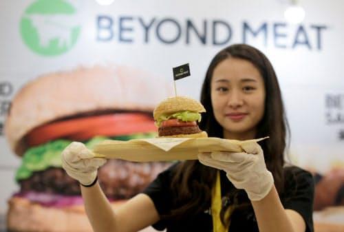 肉を食べないとする消費者が増える中、大手ハンバーガー店も植物由来の原材料で作った商品の提供を余儀なくされている=ロイター