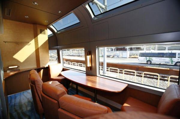 天窓が配置され、客室には太陽光が降り注ぐ(16日午前、東京都港区)=共同