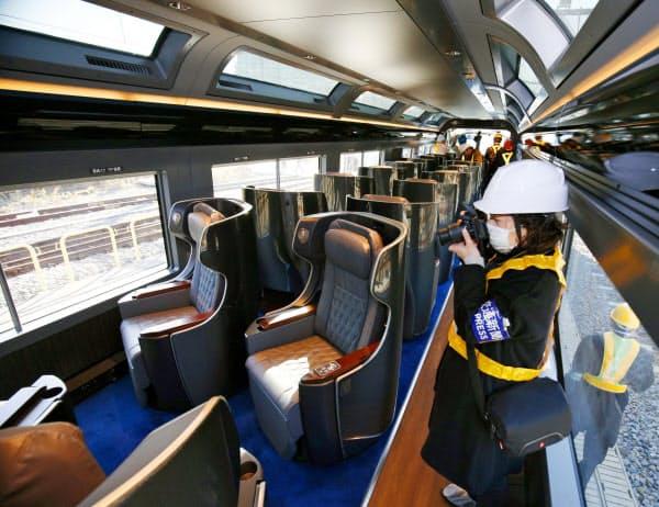 報道陣に公開されたJR東日本の観光特急列車「サフィール踊り子」の車内(16日午前、東京都港区)=共同