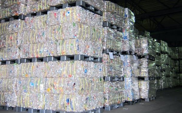 ペットボトルは再生資源としての需要が盛り上がっている(再生ペットの原料となる廃ペット)