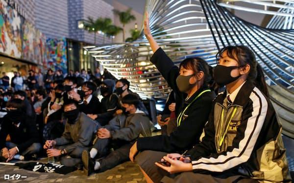 香港では移住を検討する市民が増えている(13日、デモに参加する若者たち)=ロイター