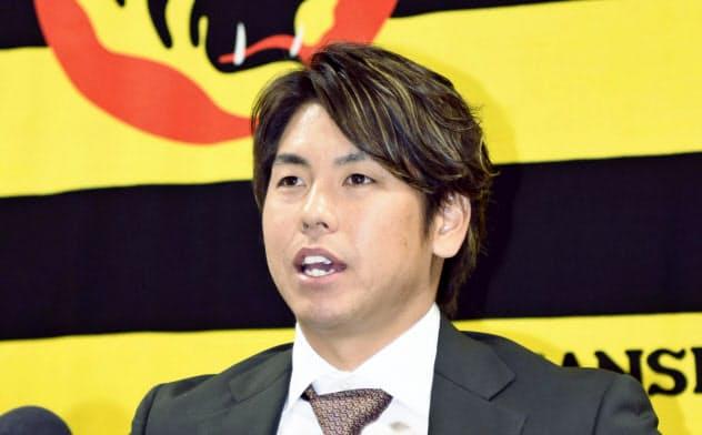 契約を更改し記者会見する阪神・梅野(16日、兵庫県西宮市)=共同
