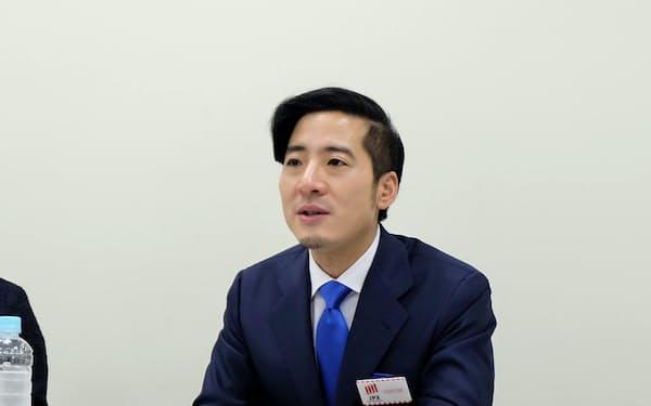 記者会見するランサーズの秋好陽介社長(16日、東証)