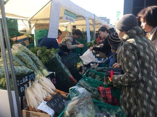 羽沢横浜国大駅では周辺住民が地元の野菜を販売して直通運転初日を盛り上げた(11月30日、横浜市)