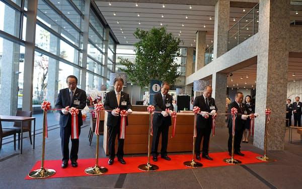 阿波銀行の本店営業部が16日、新設オープンした(徳島市)