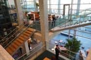 新設した阿波銀の本店営業部は共用スペースが全体の6割を占める(徳島市)