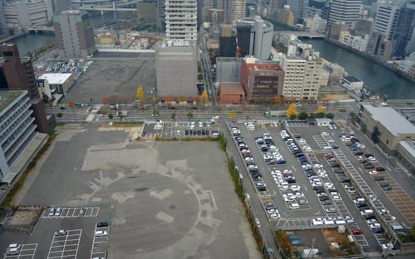 道路手前が中之島5丁目の再開発用地。向こう側が4丁目の未来医療国際拠点用地