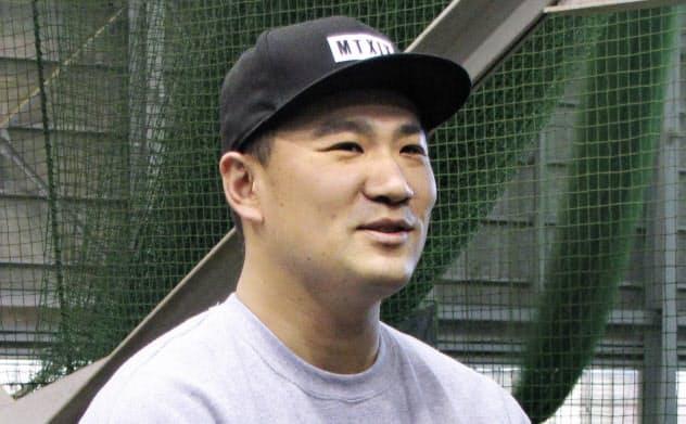 仙台市の古巣、プロ野球楽天の球団事務所を訪れ、取材に応じる米大リーグのヤンキースの田中(16日)=共同