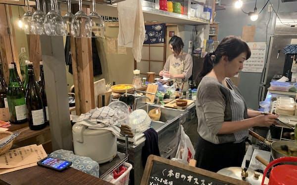 荘司美幸さん(右)が3代目を継いだ「はりや」は、手料理のおつまみも人気だ