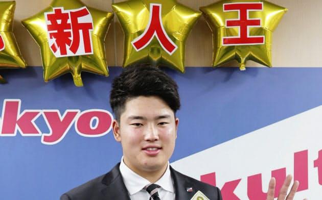 契約更改を終え、ポーズをとるヤクルト・村上(16日、東京都内の球団事務所)=共同