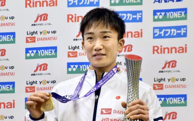バドミントンのWTファイナル男子シングルスで優勝し、帰国した桃田賢斗(16日、成田空港)=共同