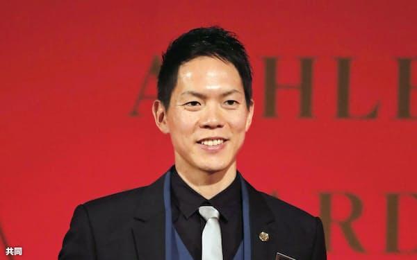 日本陸連の年間表彰式で最優秀選手に輝き、笑顔を見せる男子50キロ競歩の鈴木雄介(16日、東京都内)=共同
