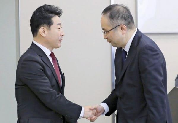 政策対話に臨む経産省の飯田陽一貿易管理部長(右)と韓国産業通商資源省の李浩鉉貿易政策官(16日、経産省)=代表撮影