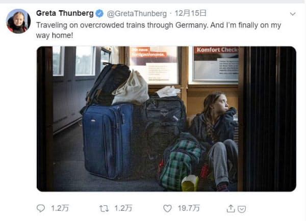 スウェーデンの環境活動家、グレタ・トゥンベリさんが投稿した、ドイツ鉄道の特急の床に座り込む自分の写真とコメント(本人のツイッターから)=共同