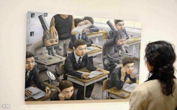 石田徹也さんの作品を鑑賞する女性(11月15日、米中西部シカゴ)=共同