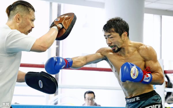 12月10日に練習を公開した八重樫(右)。鍛え上げられた肉体は今も若々しい(横浜市内の大橋ジム)=共同