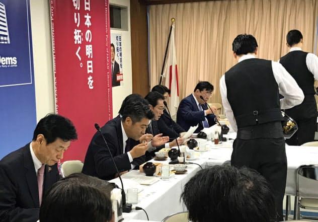 朝8時からの会議の前、朝食のお弁当を食べる参加議員