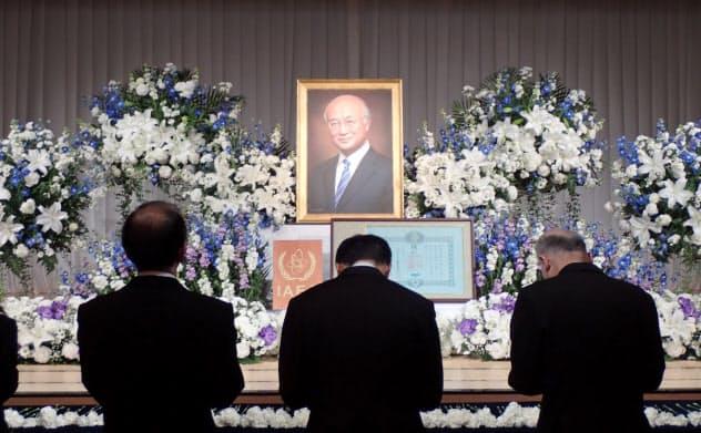 17日、都内で開かれた天野之弥前IAEA事務局長をしのぶ会で献花する人々