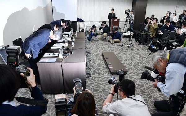 記者会見で頭を下げるブロードリンクの幹部(9日、東京都千代田区)