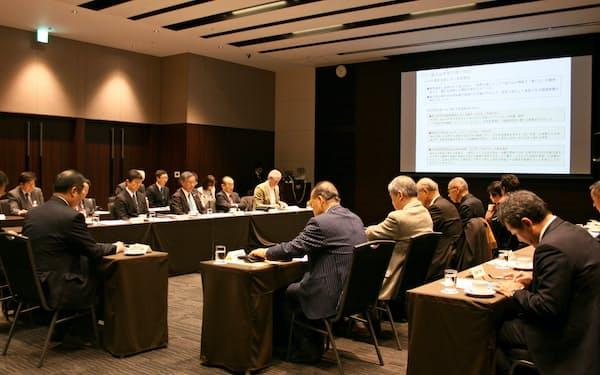 富士山登山鉄道構想の第3回理事会で、安全面や景観などの対策が議論された(17日、東京・千代田)