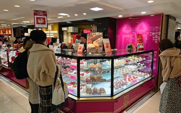 クリスマス前の週末向けにケーキを予約する人が増えている(高島屋横浜店)