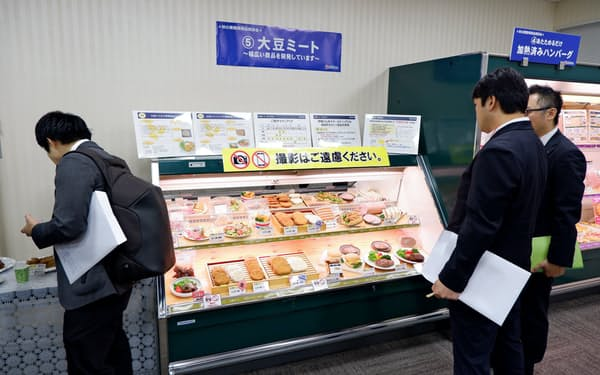 伊藤ハムが10月に開いた業務用商品商談会では大豆ミート商品が並んだ(許可を得て撮影しています)
