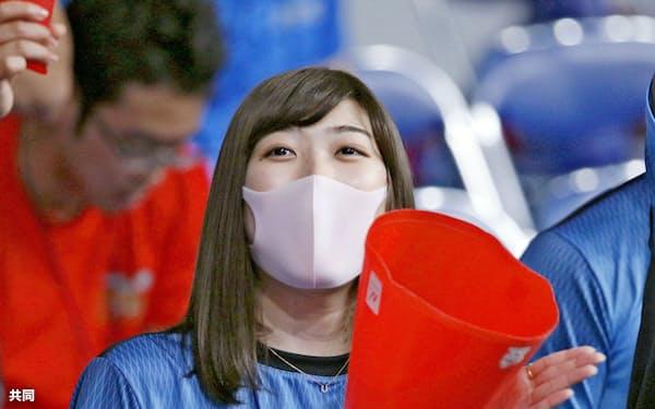 競泳の日本学生選手権で、日大のチームメートを応援する池江璃花子(9月、東京辰巳国際水泳場)=共同