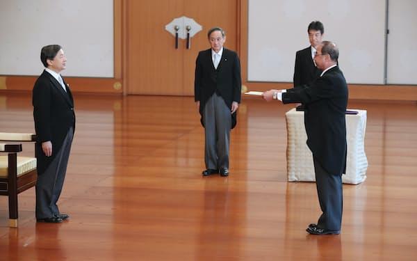 天皇陛下から認証を受ける西村泰彦宮内庁長官(17日、皇居・宮殿「松の間」)