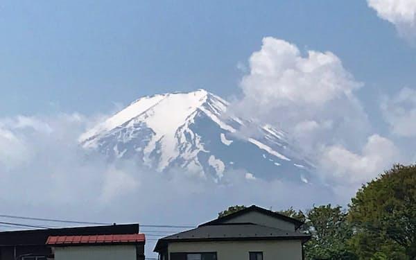 山梨・富士吉田市内から望む富士山(2019年5月)