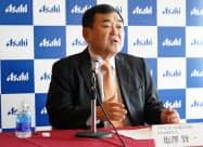 アサヒビールの塩沢賢一社長は販売動向の開示方針について説明した(17日、東京・墨田)