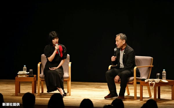 朗読会で話をする川上未映子氏(左)と村上春樹氏=新潮社提供