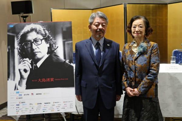 大島渚賞の創設を発表する矢内廣PFF理事長(左)と小山明子氏