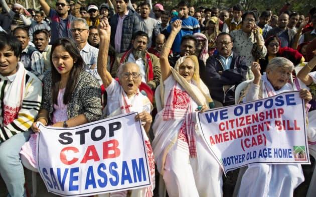 イスラム教徒を対象外にして成立した改正国籍法をめぐり、インド各地で抗議デモが起こっている=AP