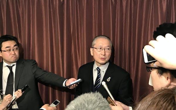 枝野、玉木両氏との会談後、記者団の質問に応じる神津連合会長(18日、都内)