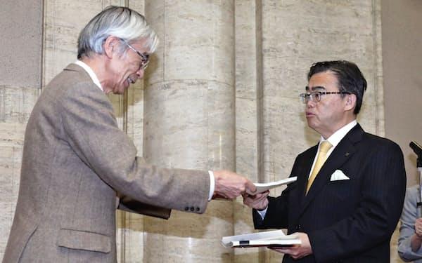 有識者委員会がまとめた最終報告書を受け取る愛知県の大村知事(右)(18日、愛知県庁)