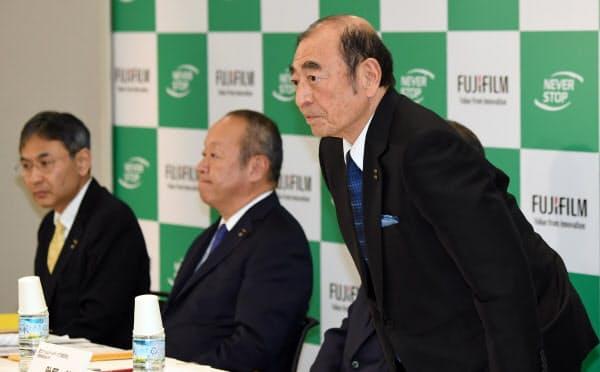 記者会見に臨む富士フイルムホールディングスの古森重隆会長兼CEO(手前)(18日、東京都港区)
