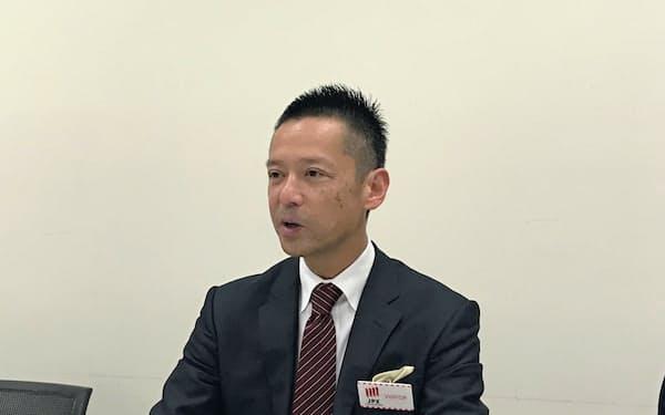 記者会見するユナイトの須田騎一朗社長(18日、東証)