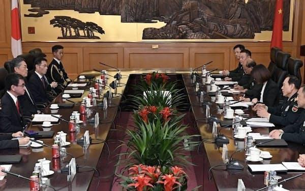 日中防衛相会談に臨む河野防衛相(左)と魏国防相(右)(18日、北京市)=代表撮影