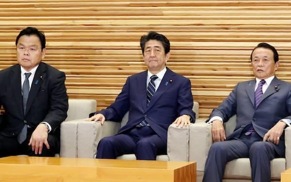 閣議に臨む安倍首相(18日、首相官邸)