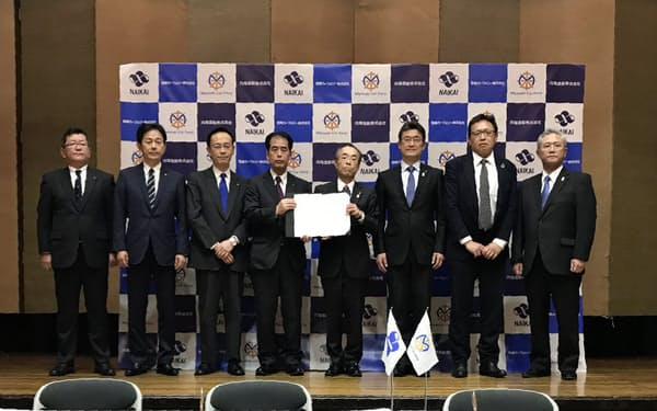 宮崎カーフェリーの新船建造に関する契約式を開いた(18日、宮崎県庁)