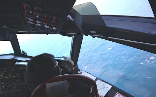 コックピットから洋上監視する隊員(10日、東シナ海洋上)