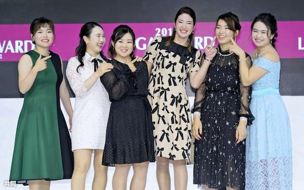 日本女子プロゴルフ協会の表彰式で、記念写真に納まる(左から)勝みなみ、小祝さくら、浅井咲希、原英莉花、渋野日向子、河本結(18日、東京都内のホテル)=共同
