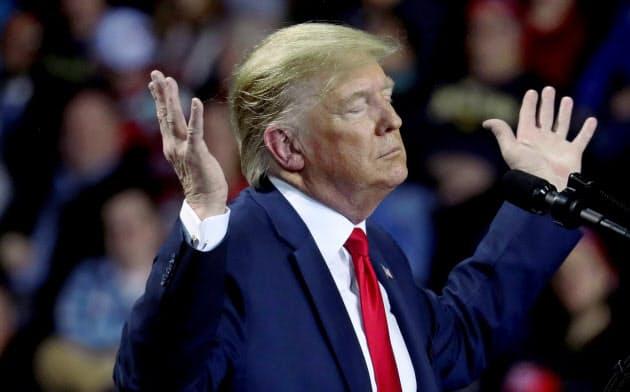 ミシガン州で演説するトランプ米大統領(18日)=ロイター