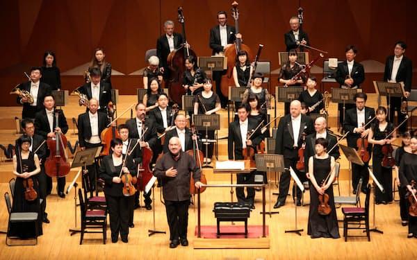 オーケストラ・アンサンブル金沢と芸術監督のマルク・ミンコフスキ(写真中央下)