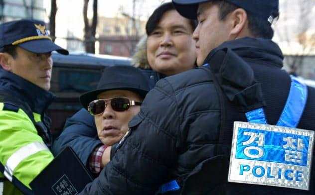 李宇衍氏を襲った暴漢。すぐに警察に取り押さえられ、大事には至らなかった(ソウルの日本大使館前)