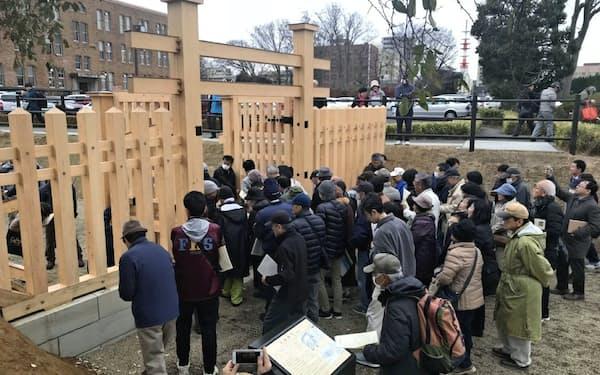 復元された北柵御門などを見学しようと120人超が集まった(19日)