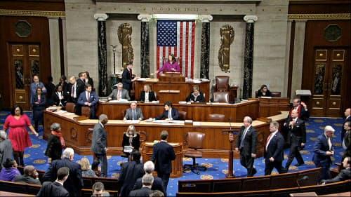 トランプ大統領を弾劾訴追する決議案を採決する米下院本会議(18日、ワシントン)=米議会提供・AP