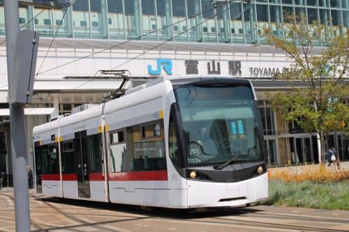 路面電車は20年3月から一体運行される。貸し切りにはレトロ調の車両を使う(富山地鉄の車両)