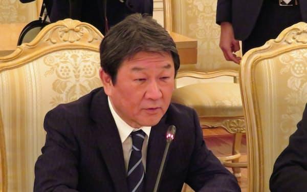 ラブロフ外相と会談する茂木氏(19日、モスクワ)